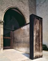 Castelvecchio Museum renovations, Verona, 1957-75, entrance arch with deeply recessed glazed door and projecting L-shaped wall (picture: © Klaus Frahm/ARTUR IMAGES)